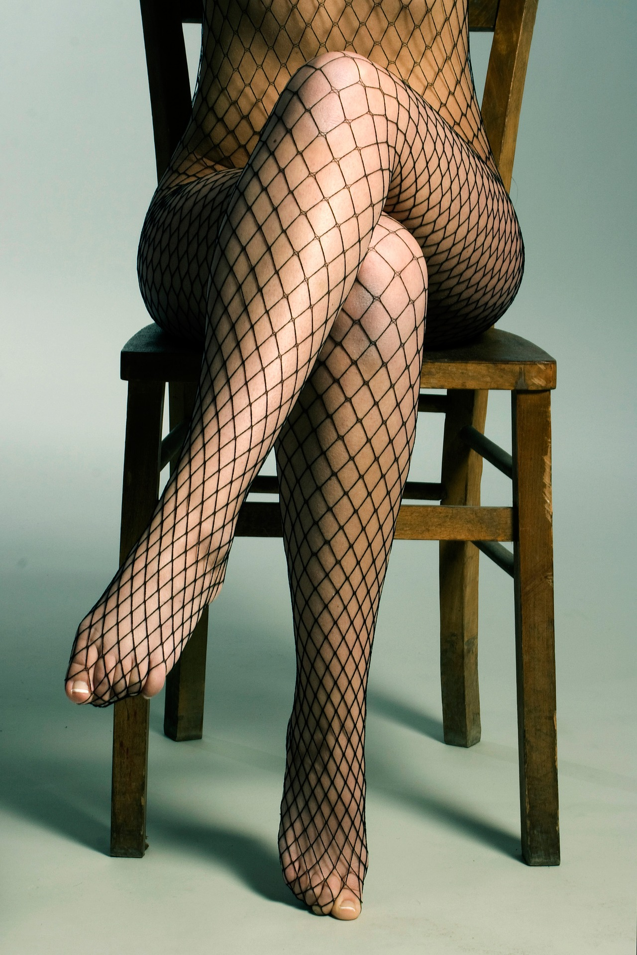 Frau im Netz-Catsuit