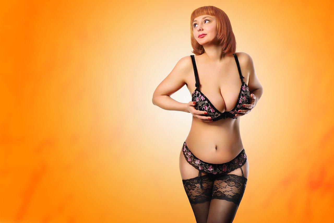 Frau mit Push-Up BH drückt ihre Brüste zusammen