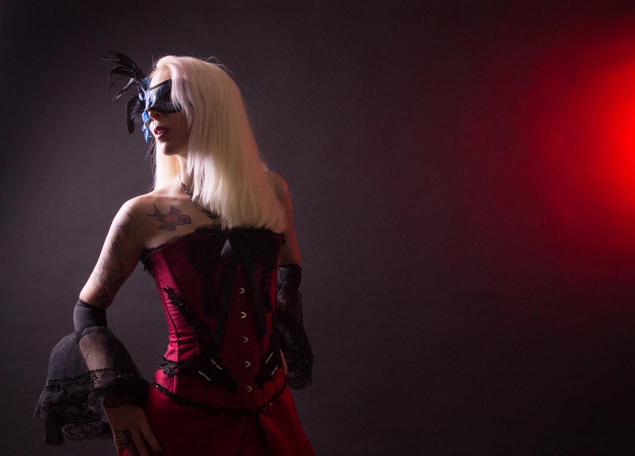 Frau in einer Steampunk Corsage