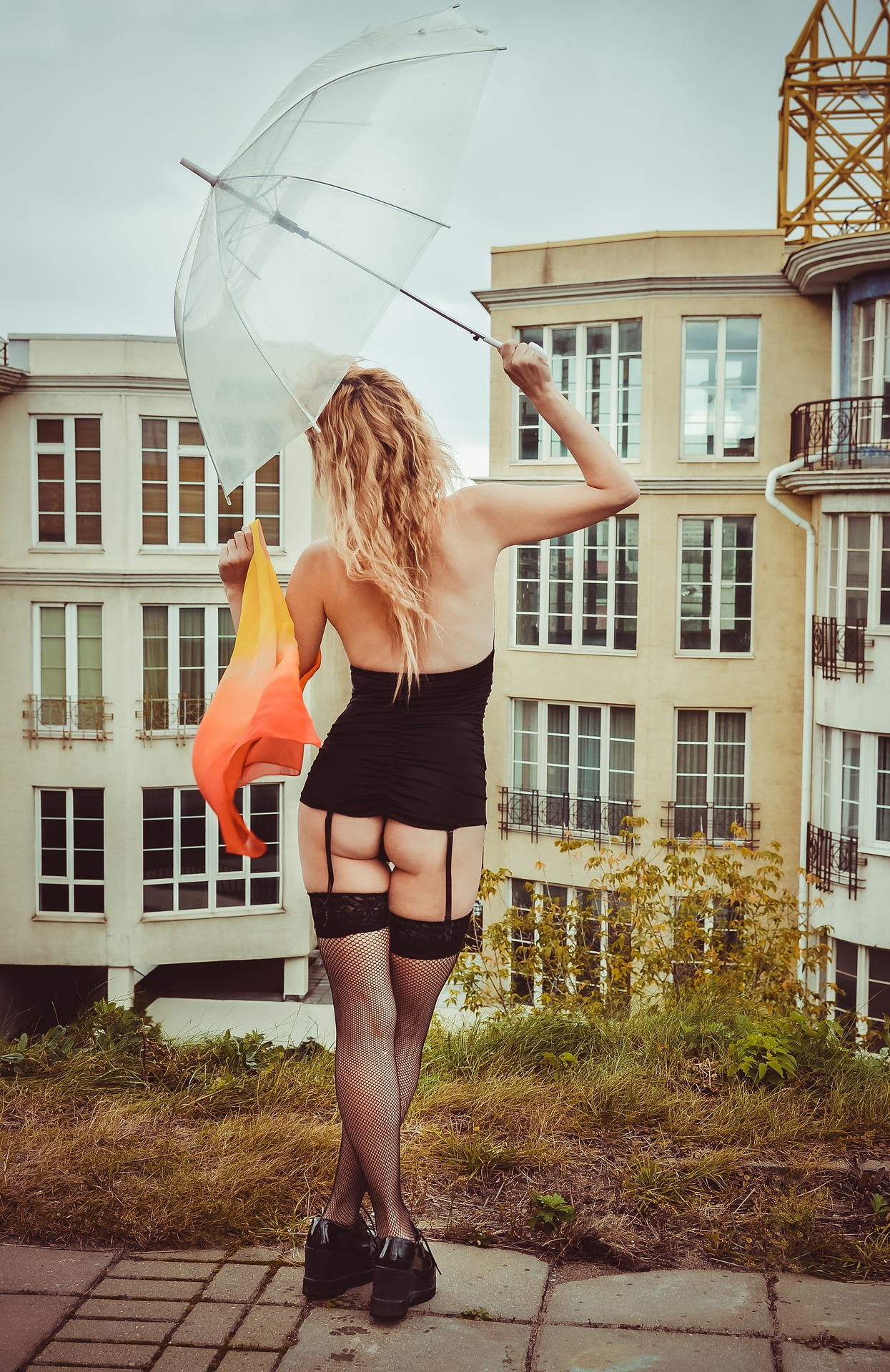 Frau mit Regenschirm trägt Strapse